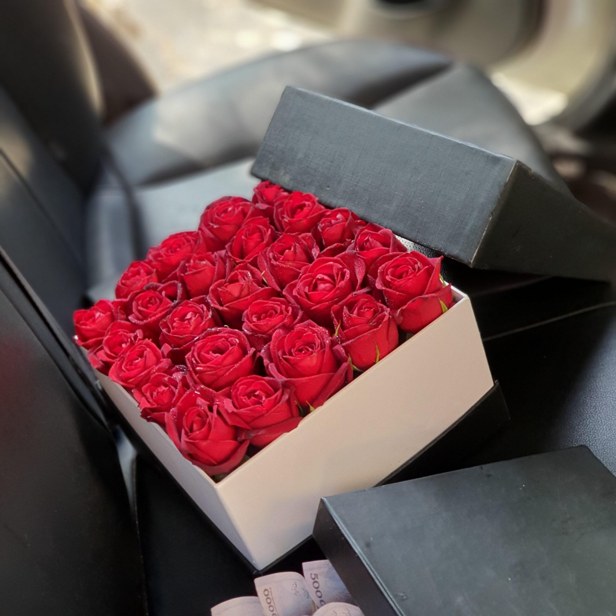 باکس گل مربع ( ۲۵ شاخه) رز